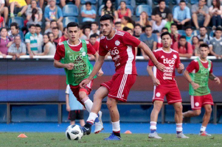 Cristhian Paredes domina el balón en un entrenamiento de Paraguay.