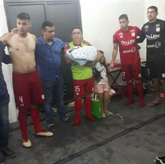 Protector. Bustamante (35) junto a sus hijos en vestuario