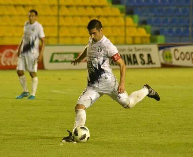 Mingo Salcedo se prepara para disparar al arco.