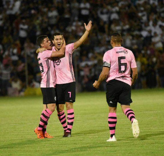 Richard Sánchez celebra su tanto junto a Néstor Camacho. Ortiz se acerca al festejo. Los tres marcaron en la fecha.