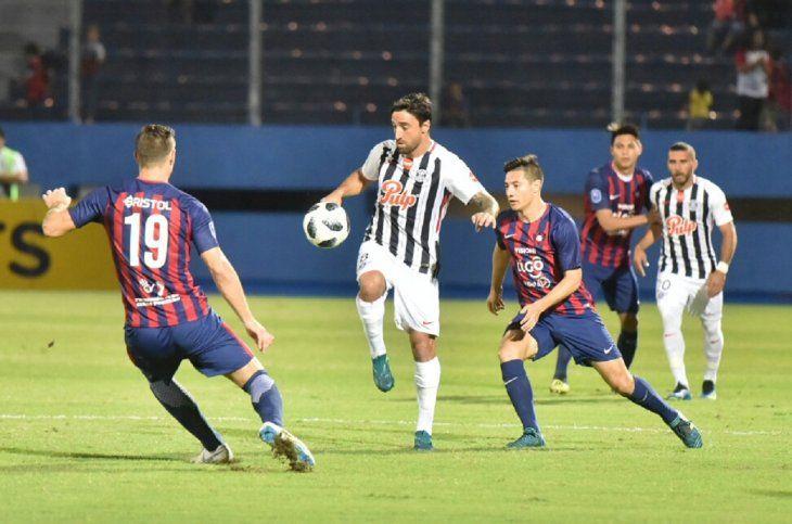 Salgueiro (c) domina el balón ante jugadores de Cerro.
