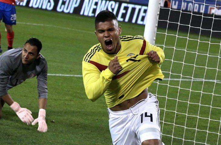 Juan Camilo Hernández celebra después de anotar un gol ante Costa Rica.