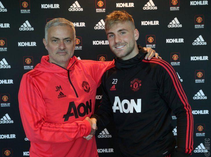 Shaw renovó contrato con el United.