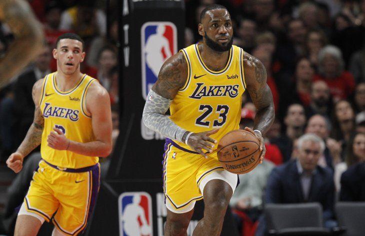 Amargo debut de James en los Lakers.