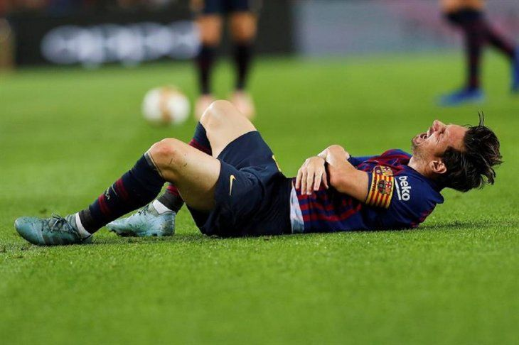 Lionel Messi se retuerce de dolor.