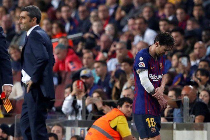Messi abandona el campo de juego lesionado.