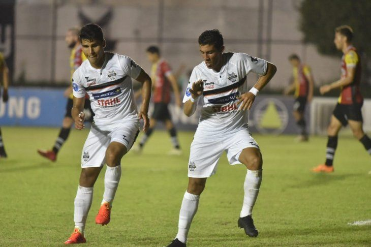Jugadores de General Díaz celebran un gol frente a Santaní.