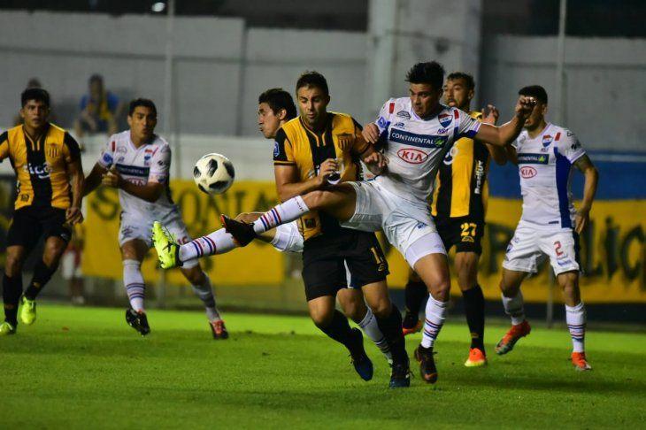 Jugadores de Nacional y Guaraní disputan el balón.