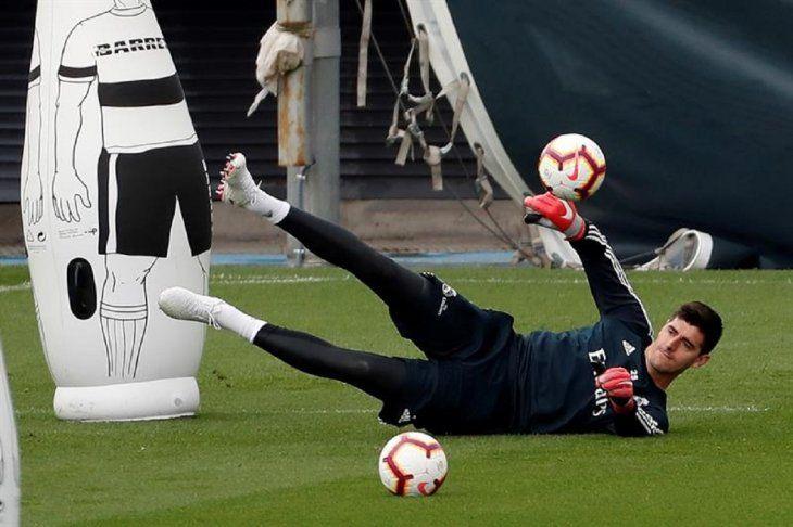 Thibaut Courtois durante el entrenamiento del Real Madrid.