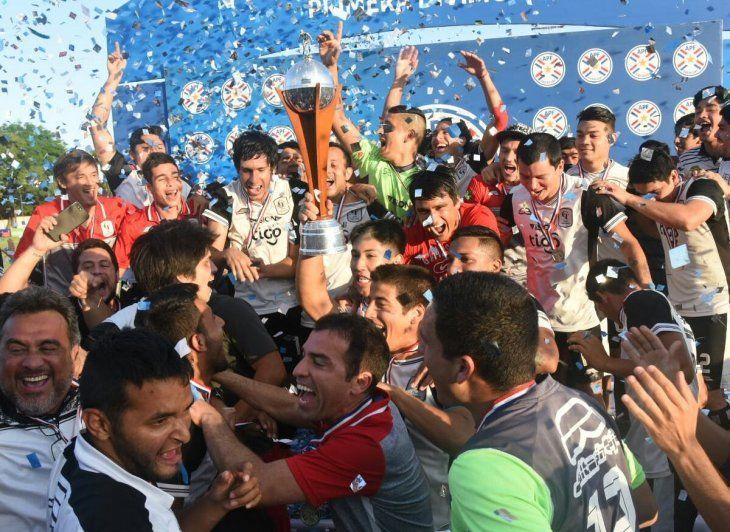 Tacuary celebra el logro del vicampeonato.