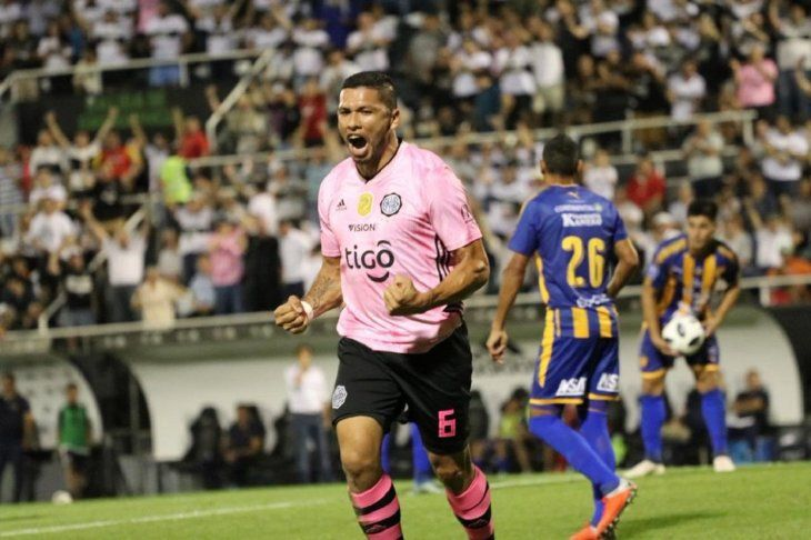 Richard Ortiz festeja su gol ante Luqueño.