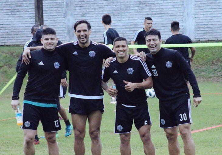 Jugadores franjeados durante un entrenamiento del equipo.