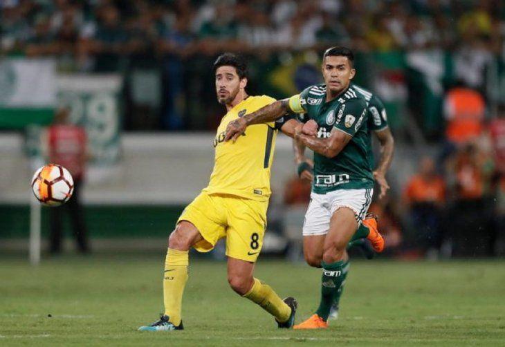 Jugadores de Boca y Palmeiras disputan el balón.