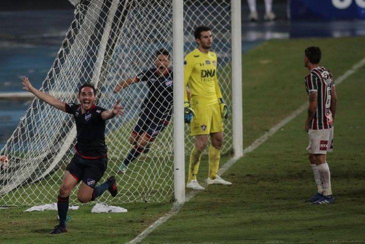 Jugador de Nacional celebra un gol marcado ante Fluminense.