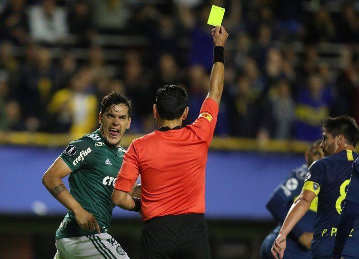 Gustavo Gómez ve la amarilla del árbitro del compromiso.