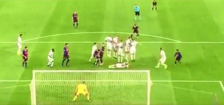 Un jugador del Inter se ingenia para evitar el gol de Luis Suárez.