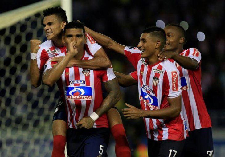 Jugadores de Junior celebran un gol ante Defensa y Justicia.