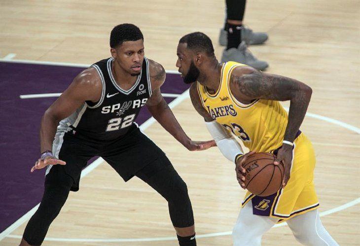 LeBron James (d) en acción durante un partido.
