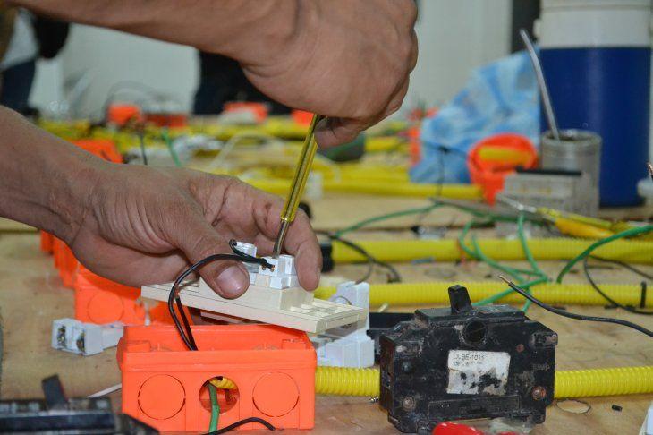 Hinchas organizados del club Olimpia culminaron un curso en electricidad básica.