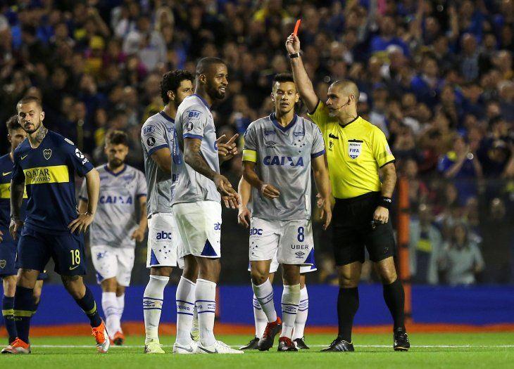 Le sacaron la roja a los árbitros paraguayos.