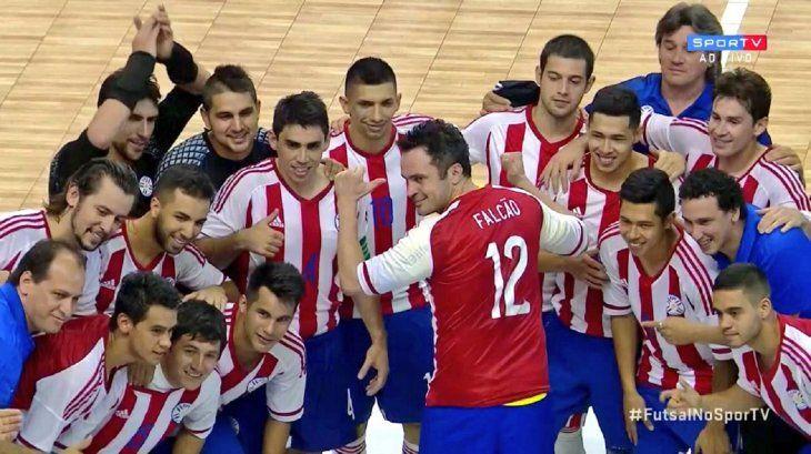 Falcão luciendo la camiseta personalizada que fue obsequiada por los integrantes de la Selección Paraguaya.