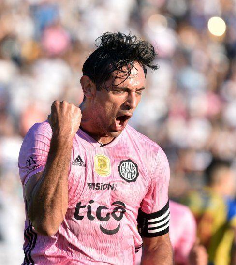 Roque grita uno de sus goles ante Capiatá.