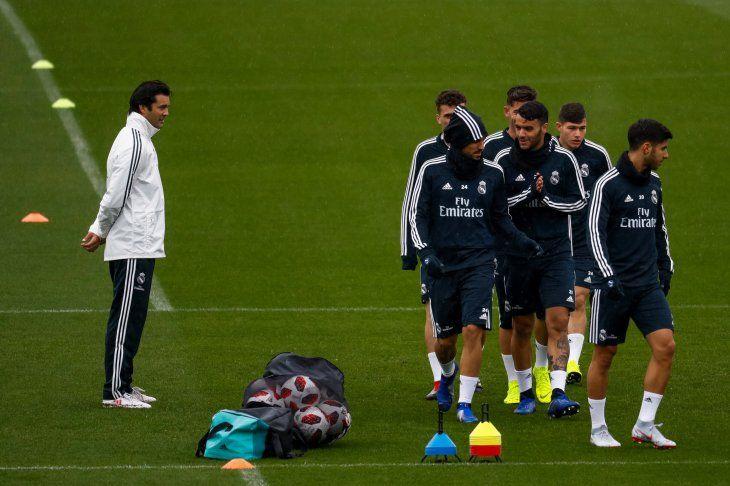 PRIMER ENTRENAMIENTO. Santiago Solari observando la práctica de la plantilla principal del Real Madrid.