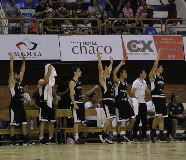 MANOS ARRIBA. Los integrantes de la banca de los Olimpia Kings celebran la victoria ante San José.