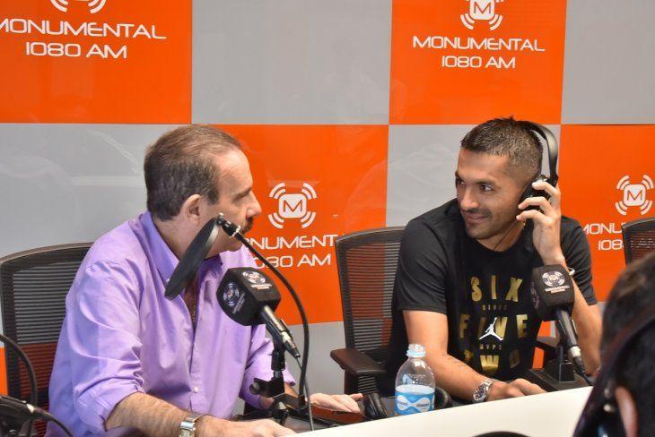 Santiago Salcedo charla con Arturo Rubin en estudios de radio Monumental.