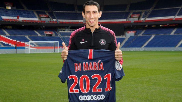 Ángel Di María posando con la camiseta del PSG y el año 2021.
