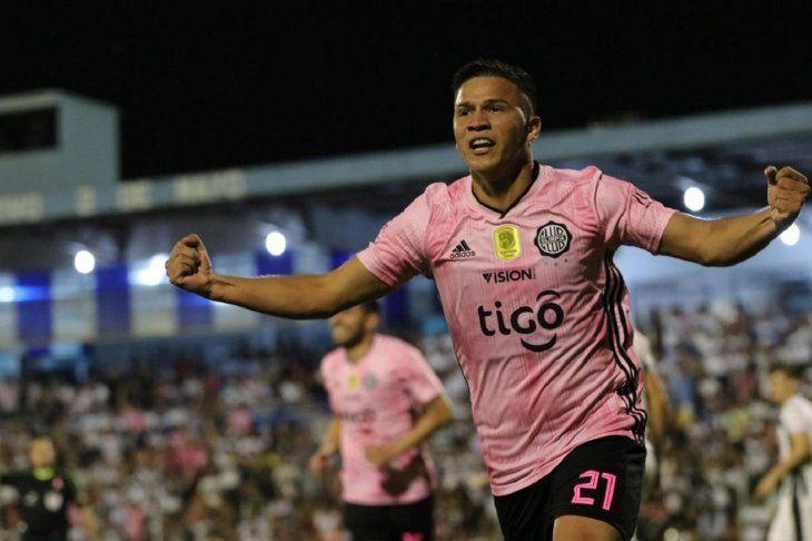 Hugo Quintana celebra la anotación de un gol.