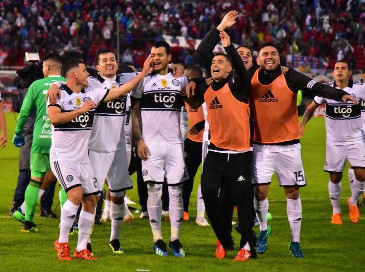 Jugadores de Olimpia celebran tras ganar un clásico a Cerro.
