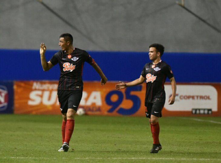 Tacuara Cardozo festeja su gol.