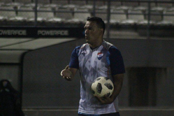 Fernando Gamboa sostiene una pelota durante el entrenamiento del equipo.