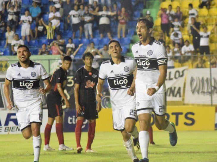 Roque Santa Cruz festeja su gol ante el Guma.
