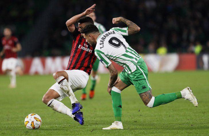 El paraguayo Tonny Sanabria tuvo acción ante el Milan.