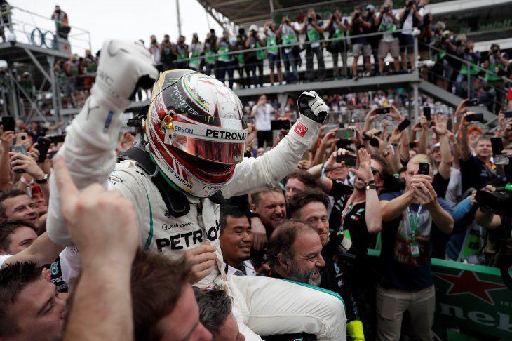 Lewis Hamilton festeja en Brasil.