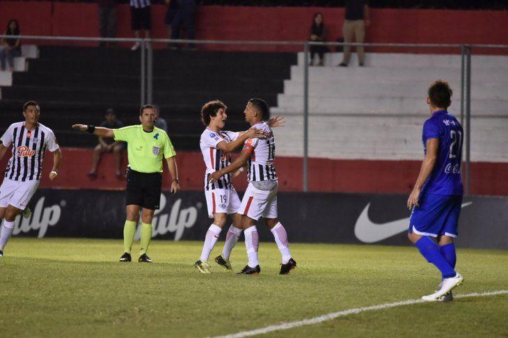 Sergio Aquino celebra su gol con el juvenil Iván Franco.