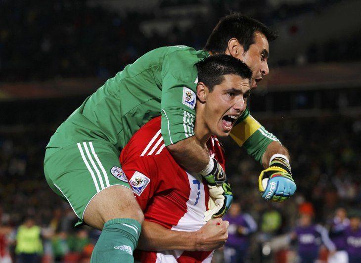 Celebración de Óscar Cardozo y Justo Villar.