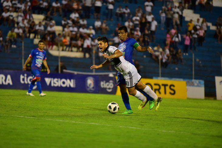 Iván Torres durante el partido con Independiente.
