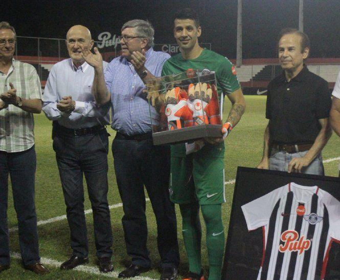 Muñoz recibe el reconocimiento por sus 300 partidos con la camiseta albinegra.