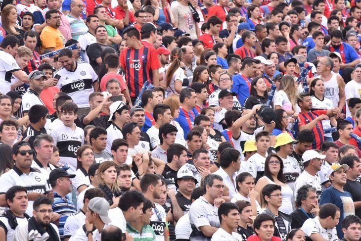 Hinchas de Cerro Porteño y Olimpia durante un clásico.