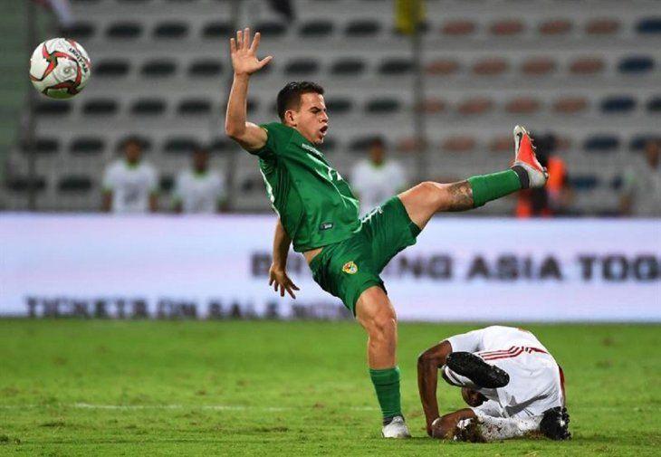 El delantero boliviano Henry Vaca (i) disputa el balón con un jugador rival.