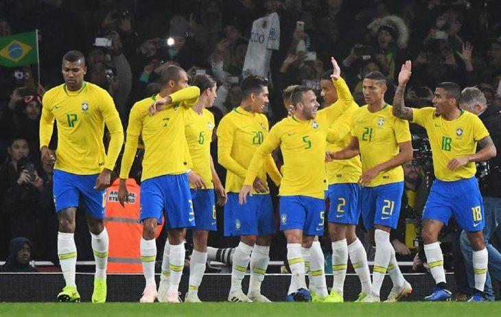 Neymar replica los vítores con un escaso penal.
