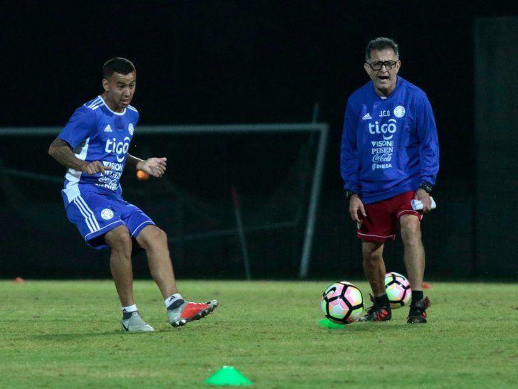 Romera Gamarra impacta el balón ante la atenta mirada de Osorio.