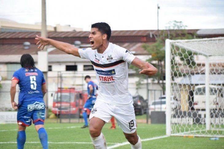 Sebastián Doldán festeja su gol.