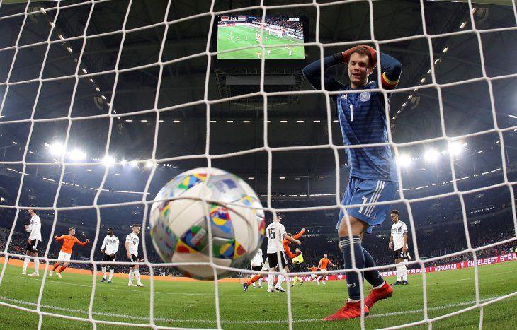 Neuer se lamenta tras el gol del empate de Holanda.