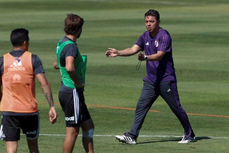 Marcelo Gallardo dirige el entrenamiento del equipo.
