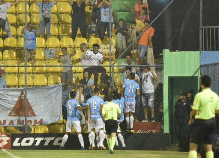 Jugadores de Resistencia celebran el gol.