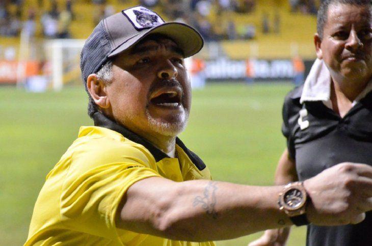 Diego Maradona celebra el triunfo de su equipo que lo deja a puertas del ascenso en México.